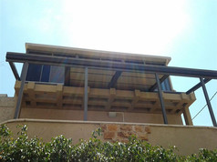 גג פתיחה חשמלי לפרגולה במרפסת שמש