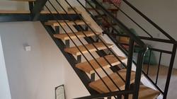 ייצור והתקנת מדרגות עץ בבית פרטי