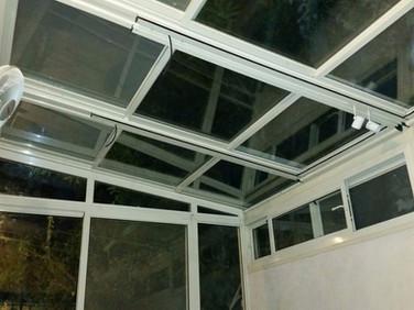 גגות הזזה חשמליים מזכוכית לסגירת מרפסת שמש