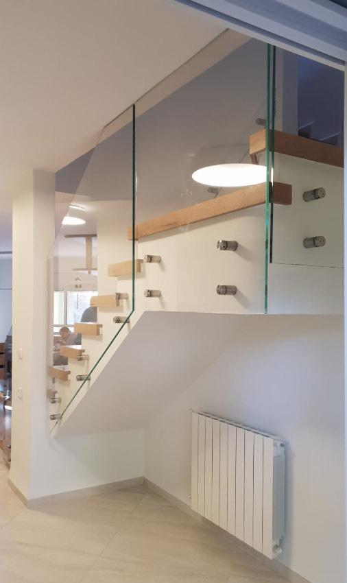מעקה זכוכית שקופה לבית
