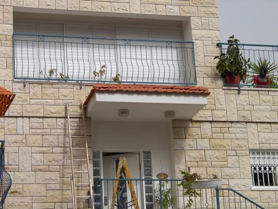 גג רעפים בכניסה לבית