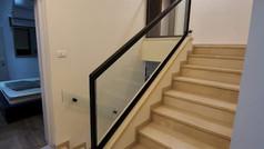 מעקה זכוכית לגרם מדרגות