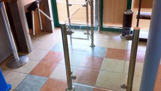 גדר נירוסטה וזכוכית לכניסה למוסד ציבור