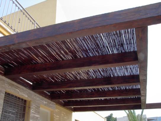 פרגולת עם חיפוי במבוק למרפסת