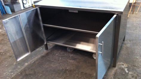 משטח עבודה עם ארונית אחסון למטבחים מוסדיים