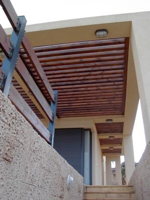 פרגולת עץ גושני למרפסת