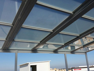 מרפסת גג עם פרגולה חשמלית מזכוכית שקופה