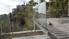 מעקות זכוכית למרפסות