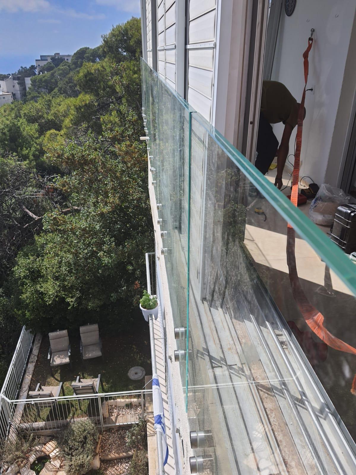 התקנת מעקה זכוכית בטיחות