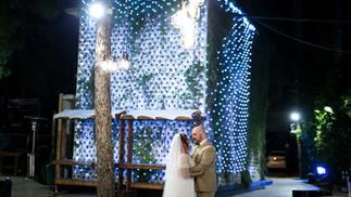 מתחתנים בבקתה ביער בטבע