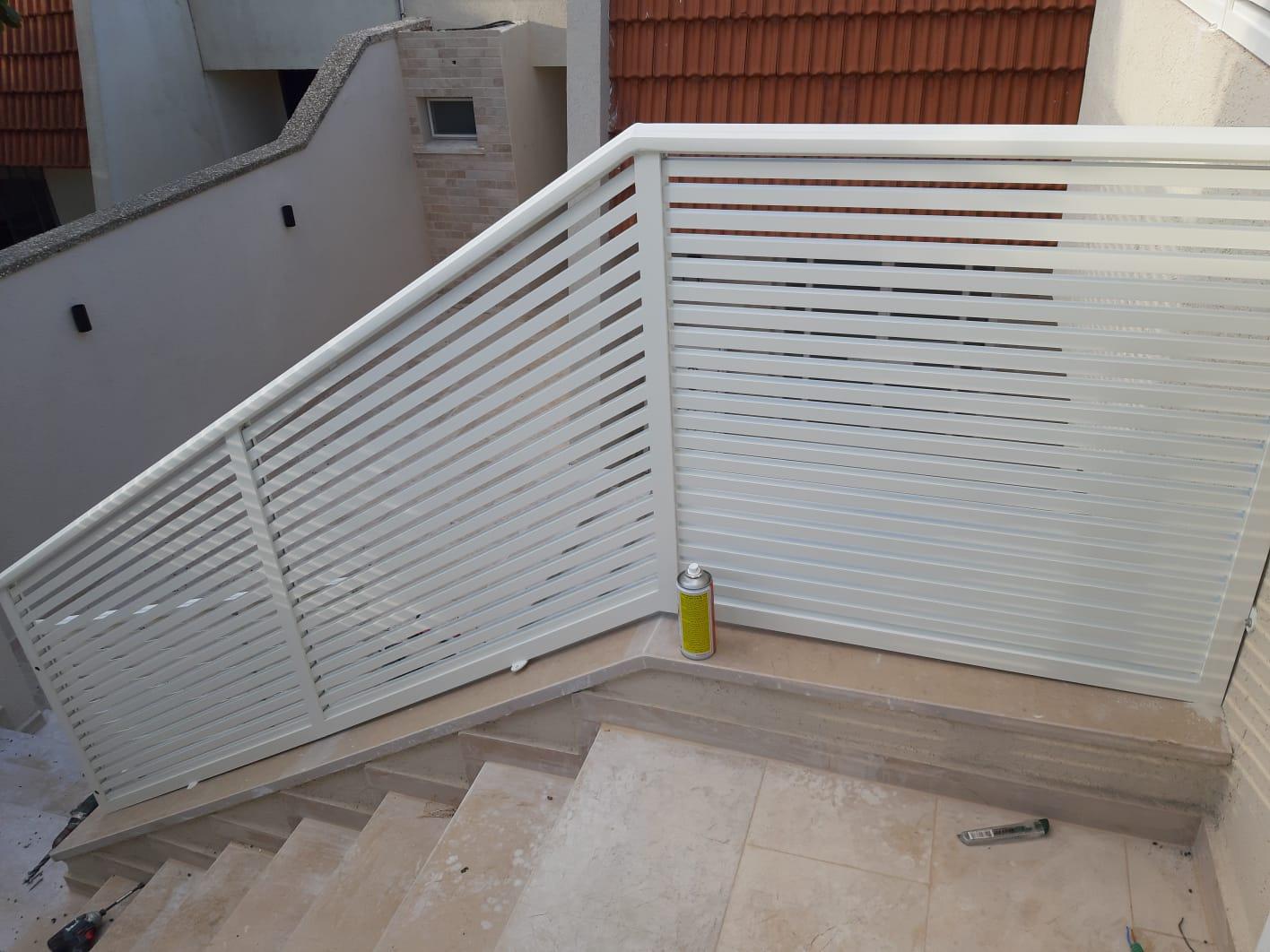 מעקה אלומיניום לבן לגרם מדרגות