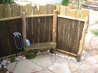 מקלחונים חיצוניים מעץ