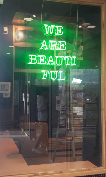 שילוט ניאון ירוק עבור חנות