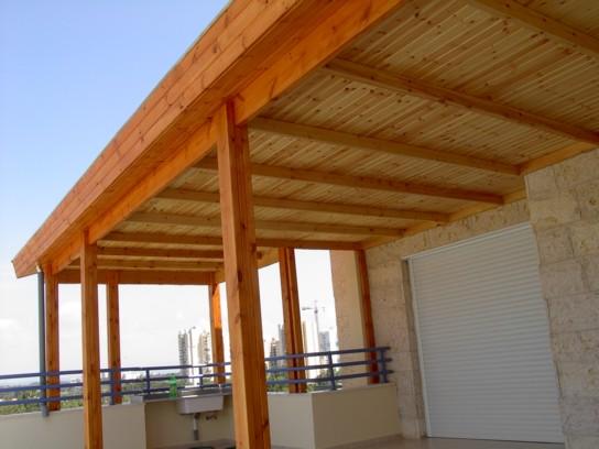 מרפסת מקורה בגג רעפים
