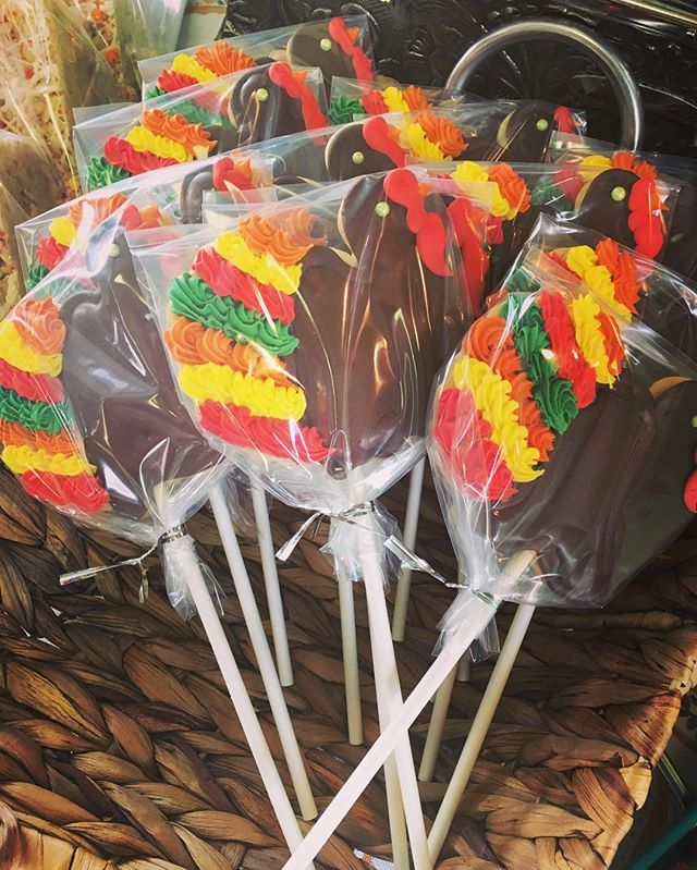 Turkey Cut-Out Cookie Pops!! #turkeyday #gobblegobble #sugarcookie #thanksgivingweek #littleturkeys