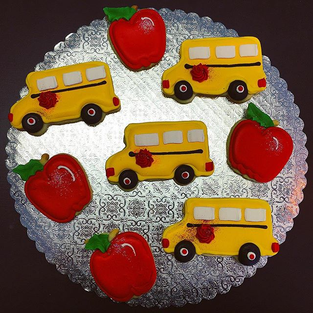 🍎🚍Back to School Cut-Out Cookies 🍎🚍 #backtoschool #schoolbus #apple #teacherspet #cutouts #cutou