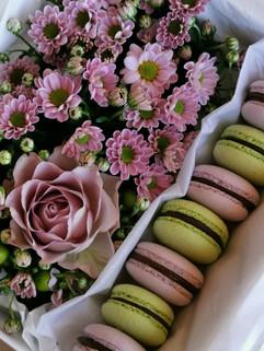 Gėlių dėžutė su makarunsais