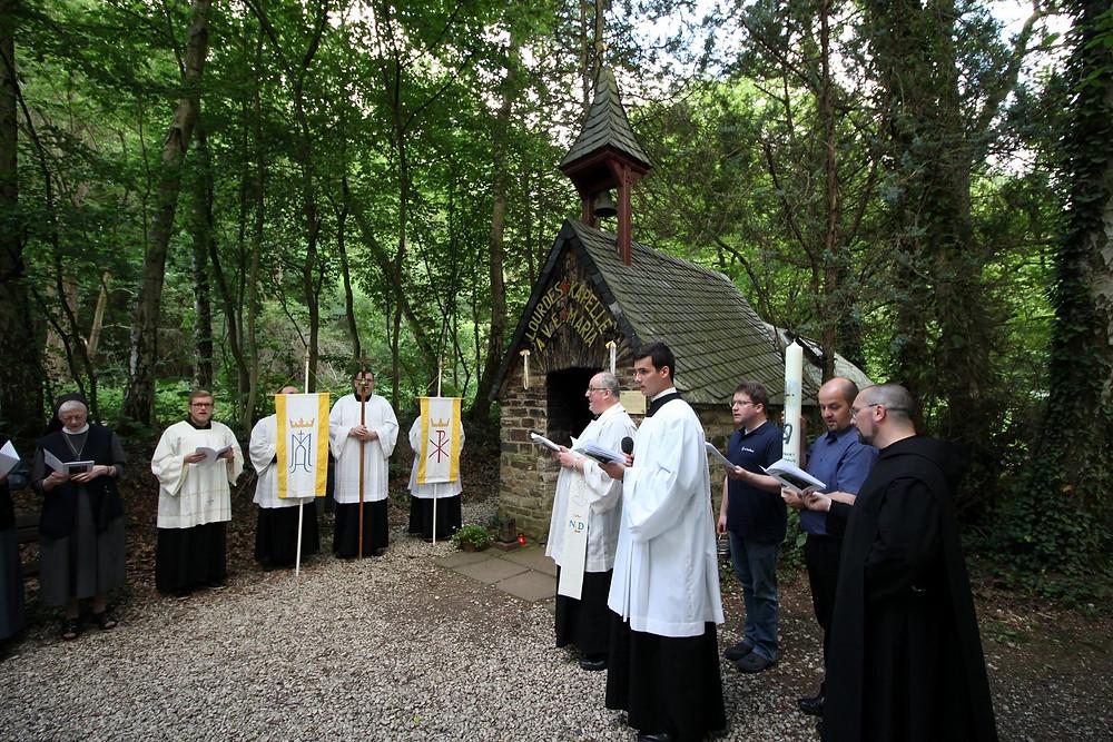 Andacht an der Lourdes-Grotte