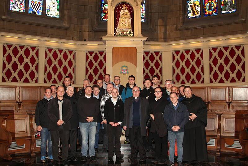 Ein Teil der Seminargemeinschaft unter dem Gnadenbild in der Kathedrale von Luxemburg (Foto: Markus Brandt)