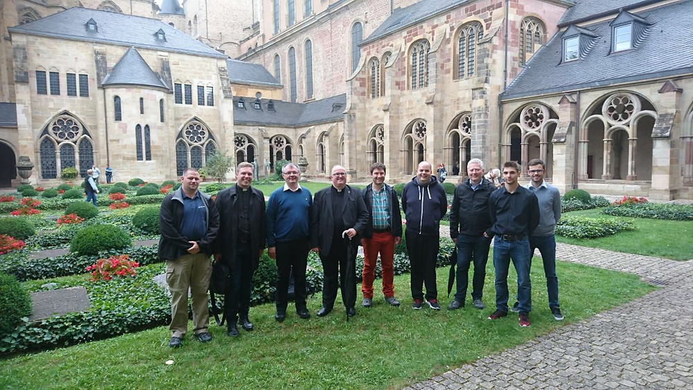 Die neuen Studenten mit der Hausleitung am Friedhof des Domkapitels hinter dem Trierer Dom