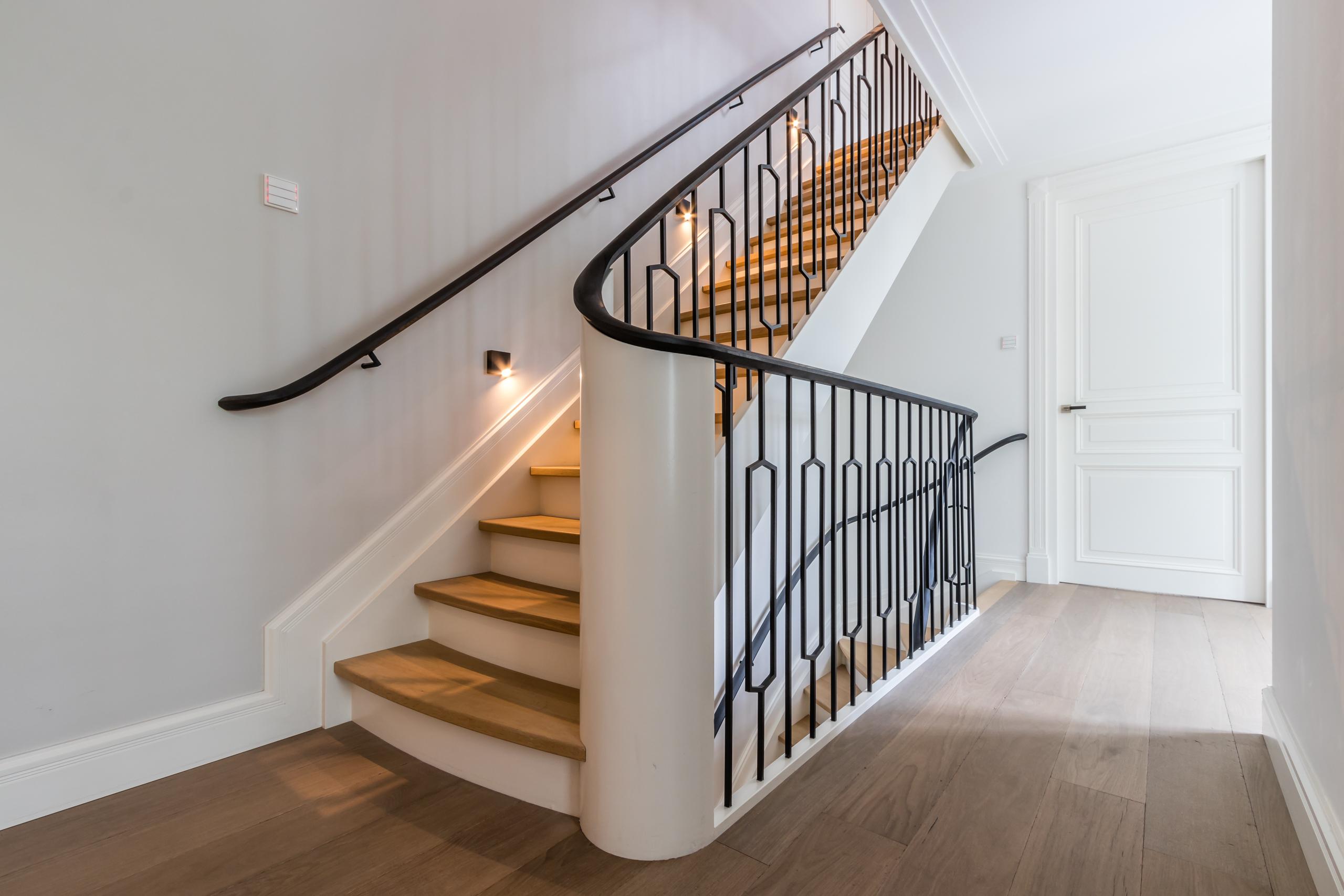 Van bruchem staircases klassieke houte trap met stalen hekwerk