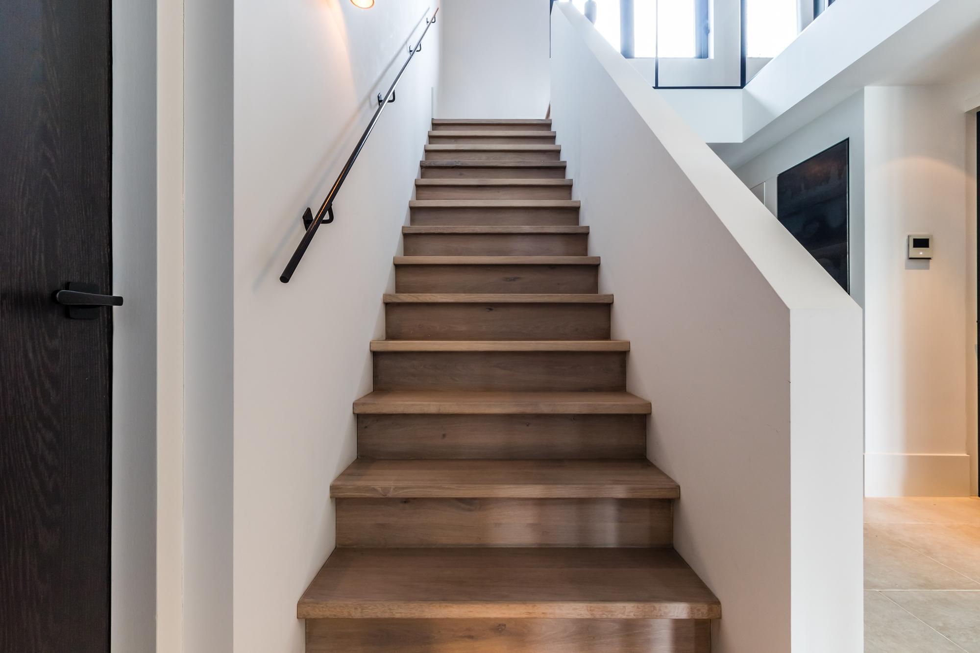 Van bruchem staircases moder trap met glazen balustrade