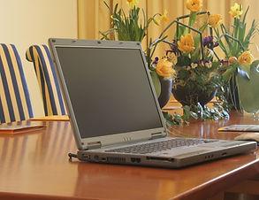 Laptop auf Tisch.jpg