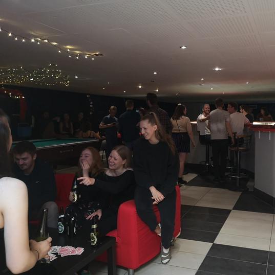 Fest i baren