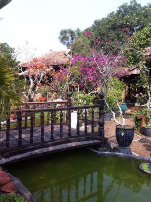Cầu gỗ nhà vườn