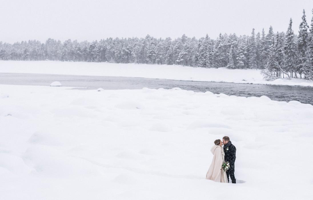 Brudepar i vinterlandskap