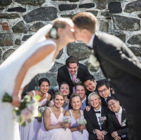 Brudepar_bryllupsfoto_vennskapskyss_Rita