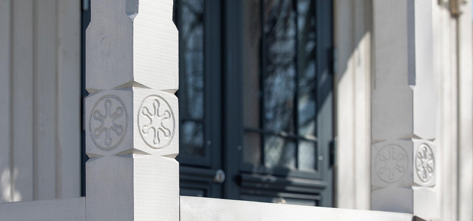 Terrasserekkverk, stolper og søyler fra faktortre snekkerverksted på Innlandet