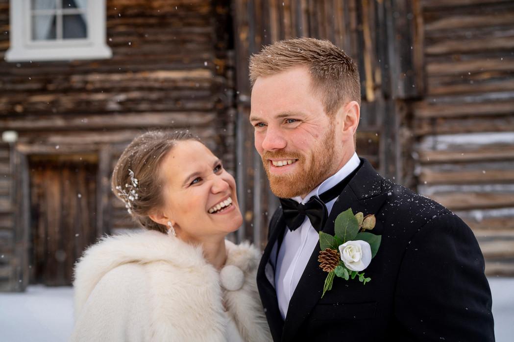 Brudepar i snøvær