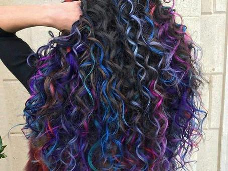 Cuidados com os cabelos coloridos no verão
