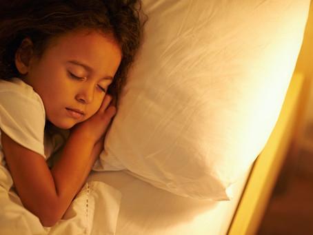 Dormir tarde pode aumentar o risco de obesidade infantil