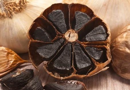 Alho negro tem mais vantagens que o comum e pode ser feito em casa