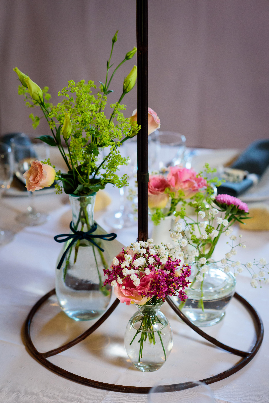 Bloemen op de feesttafel