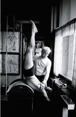 joseph-pilates-ensinando-chair