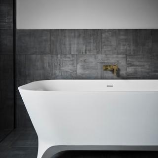 freestanding bath with legs.jpg