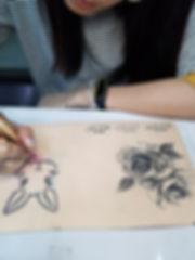 時尚藝術微刺青班上課情形3 靚妍妍莉是您學好微刺青技能、擁有時尚藝術微刺青證書及微刺青創業在台北,桃園的第一選擇。另有美容丙級,美容乙級,美髮丙級,美髮創業,紋繡,繡眉,接睫毛,微刺青,凝膠指甲(光療指甲),水晶指甲,指甲彩繪,新娘秘書(新秘),挽臉等證照檢定及創業教學