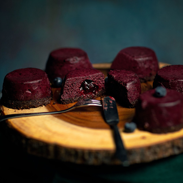 Raw vegan bluckcurrant cakes