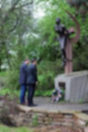 Radek Vondráček a Radim Fiala u památník