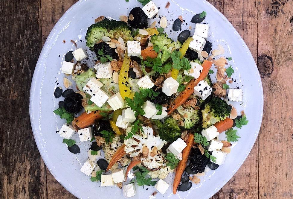 Salade van gebakken broccoli, bloemkool, wortel, paprika, geitenkaas en noten