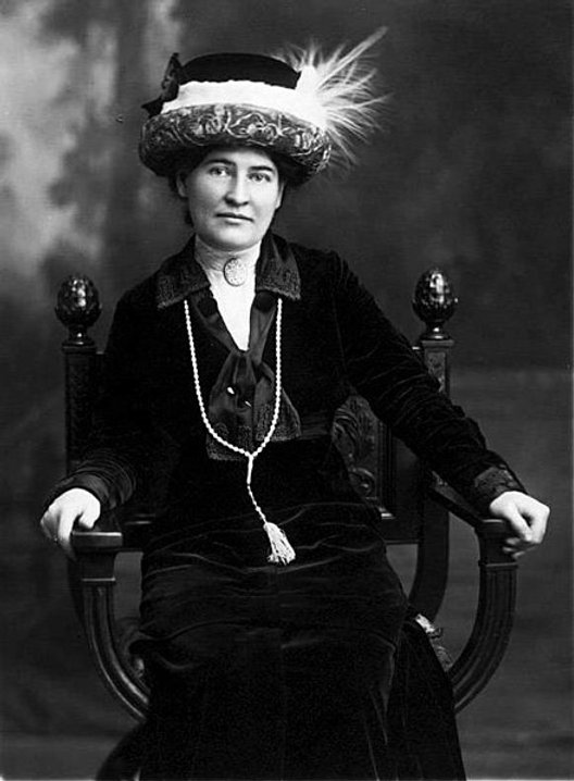 440px-Willa_Cather_ca._1912_wearing_neck