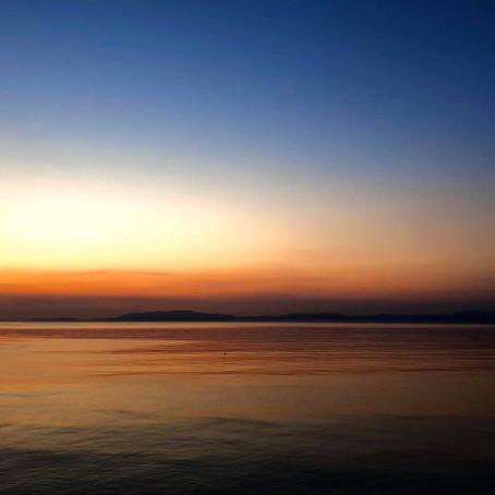 ペールブルーの海