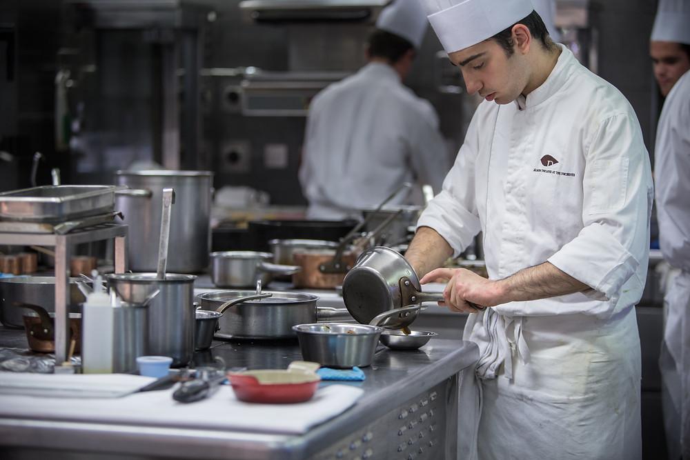 cuisinier travaillant dans un restaurant étoilé au guide michelin