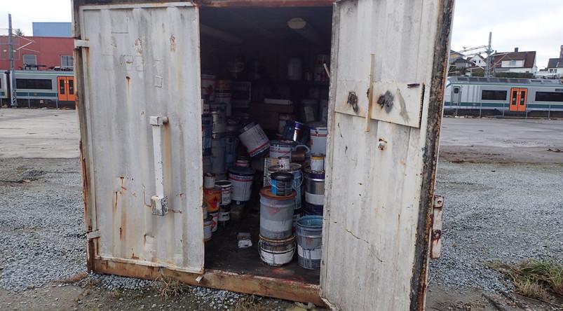 Container med maling og kjemikalier