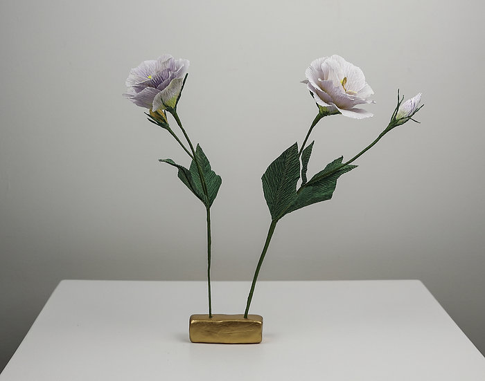Lisianthus with a flower frog / Lisianthus with efo broga
