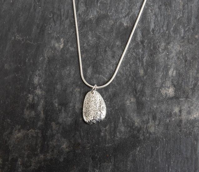 Medium pebble pendant /  Crogdlws carreg glan  môr canolig