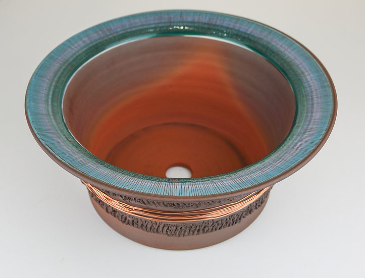 Earthenware and copper plant pot / Pot llestri pridd            a cho